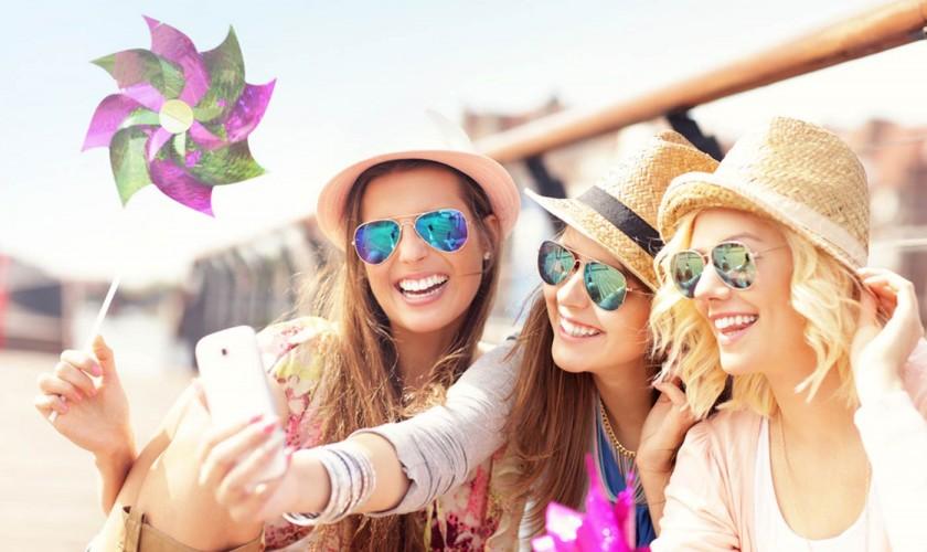 photodune-11581913-group-of-friends-taking-selfie-in-the-city-s